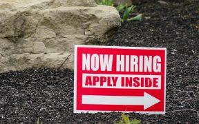 Solicitudes semanales de ayuda por desempleo en EU bajan a 411 mil