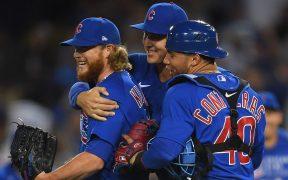 Rizzo y Contreras felicitan a Kimbrel por conseguir el último out y dejar sin hit a los Dodgers. (Foto: Reuters).
