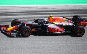 Checo Pérez cerró primero en la Q2, pero llegó en quinto en la Q3. (Foto: Reuters).