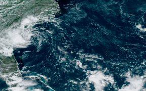 """Tormenta tropical """"Danny"""" toca tierra en la costa de Carolina del Sur, en EU"""