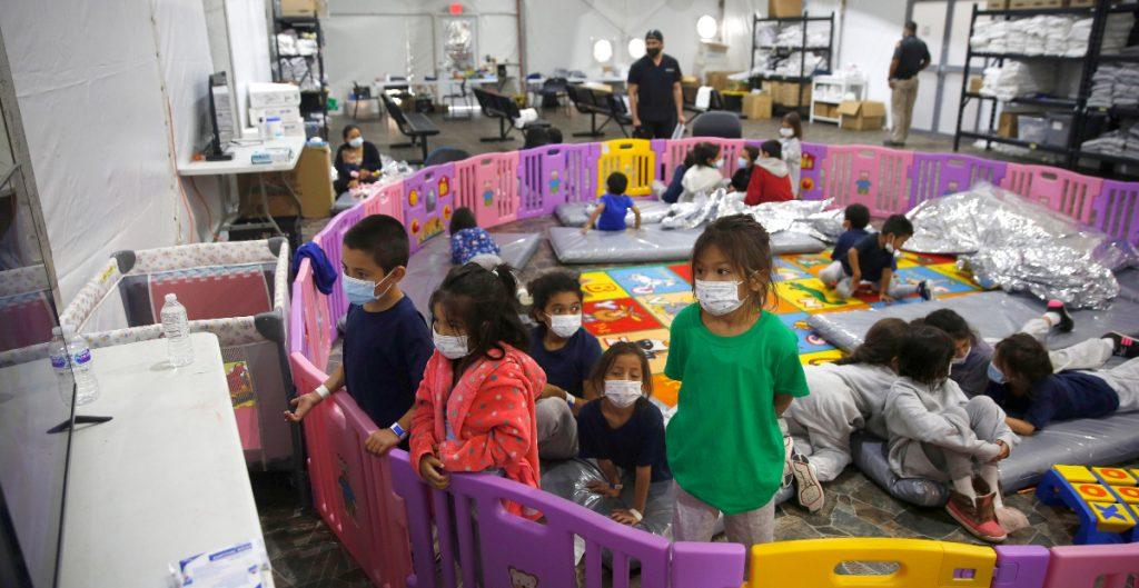 Baja 40% la cifra de niños migrantes en el refugio de emergencia más grande de EU