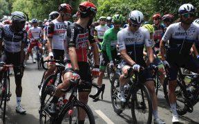Los ciclistas hicieron una protesta simbólica para quejarse de la seguridad en el Tour. (Foto: EFE).