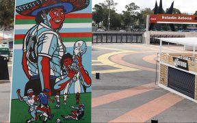 El mural muestra a Maradona con un sombrero, levantando la Copa y anotando el Gol del Siglo. (Foto: @EstadioAzteca).
