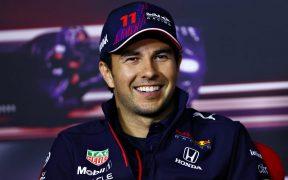 'Checo' Pérez sonríe en la conferencia de prensa antes del GP de Austria. (Foto: Reuters).