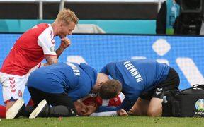 La atención oportuna de los paramédicos le salvó la vida a Eriksen. (Foto: Reuters).