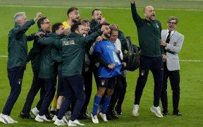 El equipo de Italia se congregó junto a Insigne, quien portó la playera 4 de Spinazzola. (Foto: Reuters).