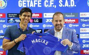 Macías, en su presentación con el Getafe, junto al presidente, Ángel Torres. (Foto: GetafeCF).
