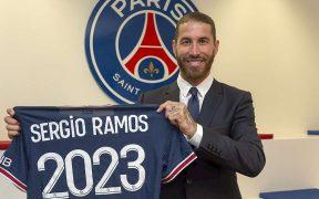 Sergio Ramos posa con la playera de su nuevo club, con el que firmó hasta 2023. (Foto: EFE).