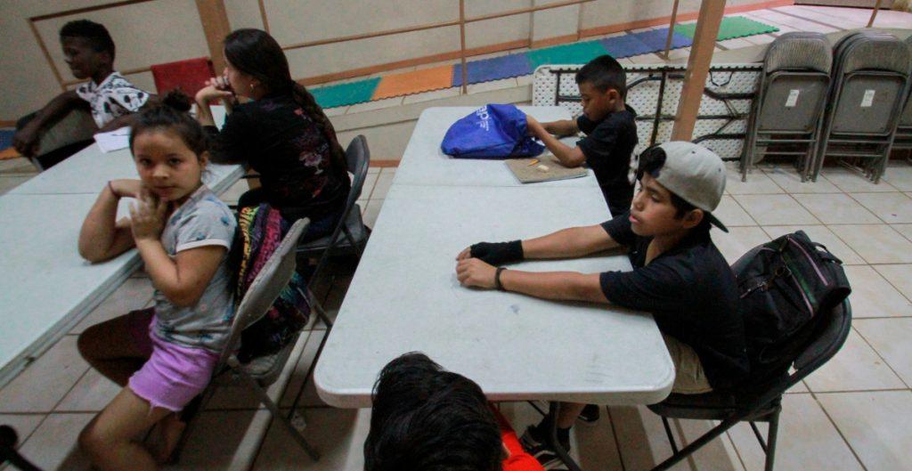 """AI pide el """"fin de la crueldad"""" en albergue de niños migrantes de Fort Bliss"""