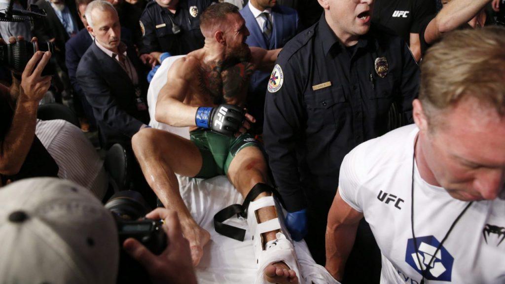McGregor sale en camilla tras fracturarse el tobillo izquierdo. (Foto: Reuters).