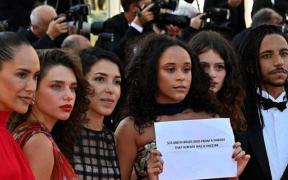 El equipo de la película brasileña 'Medusa' denunció la crisis sanitaria de su país en Cannes