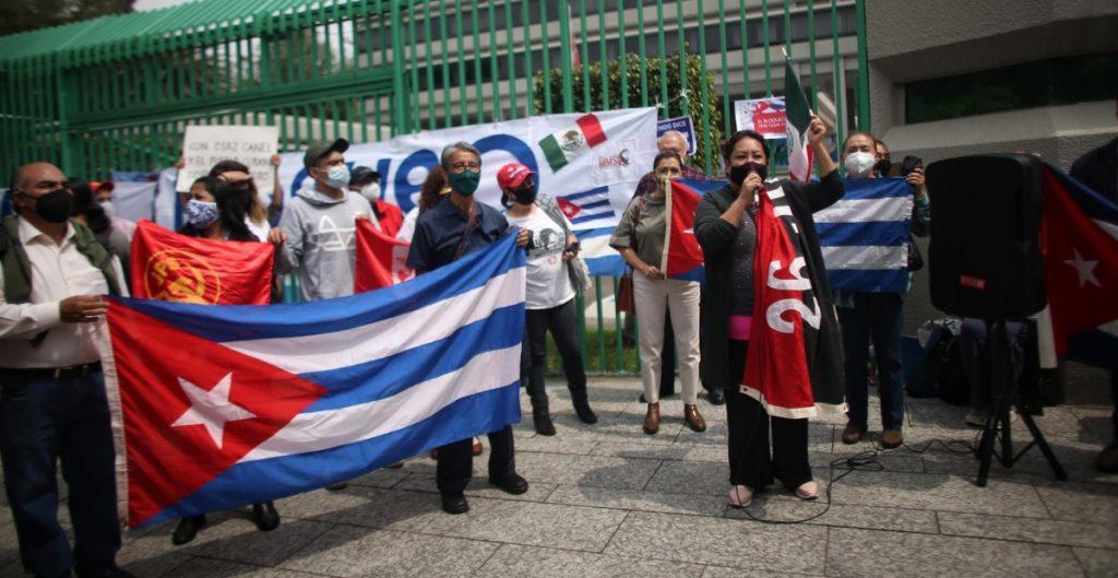 Simpatizantes y opositores chocan en la embajada de Cuba en Ciudad de México