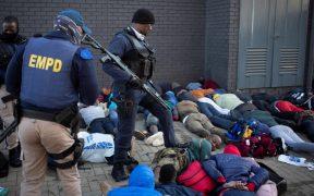 Suman 45 muertos por ola de violencia y saqueos masivos en Sudáfrica