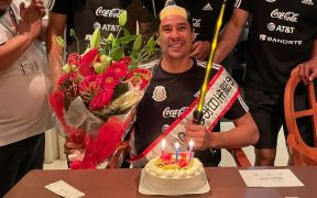 Ochoa, con su espada y 'peinado' samurai, festeja su cumpleaños 36. (Foto: @yosoy8a).