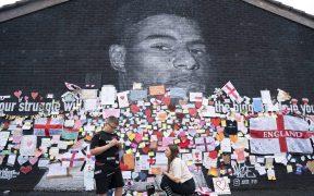 La comunidad de Manchester se hizo presente en el mural para defender a Rashford. (Foto: AP).