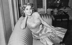 Las cenizas de la actriz Zsa Zsa Gabor llegaron a su natal Budapest cinco años después de su muerte
