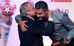 Florentino Pérez felicita a Cristiano Ronaldo tras recibir un premio con el Real Madrid. (Foto: EFE).