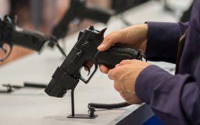Corte federal declara inconstitucional que menores de 21 años no puedan comprar armas