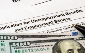 Solicitudes iniciales de ayuda por desempleo en EU caen a menor nivel pandémico