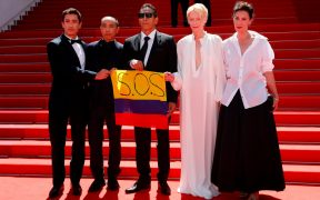 """Muestran bandera de """"SOS Colombia"""" en la alfombra roja de 'Memoria' que se exhibe en Cannes"""