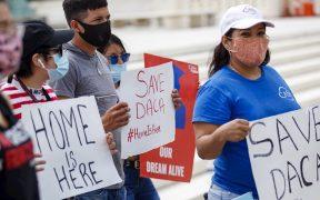 """Juez federal en Texas ordena el fin de DACA que protege a """"dreamers"""""""