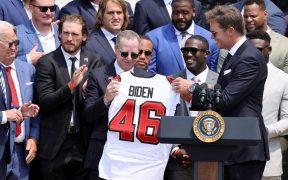 Brady le entregó a Biden el jersey de los Bucs con el número 46. (Foto: Reuters).