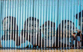 Los rostros de deportados se plasman en el muro entre México y EU