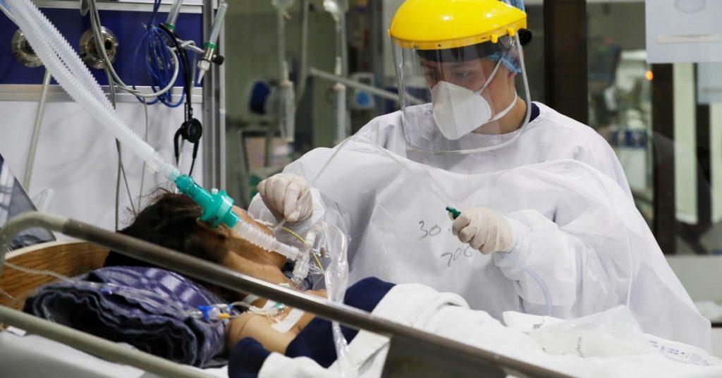 Experto británico dice que variante beta de la Covid puede escapar a inmunidad de vacunas