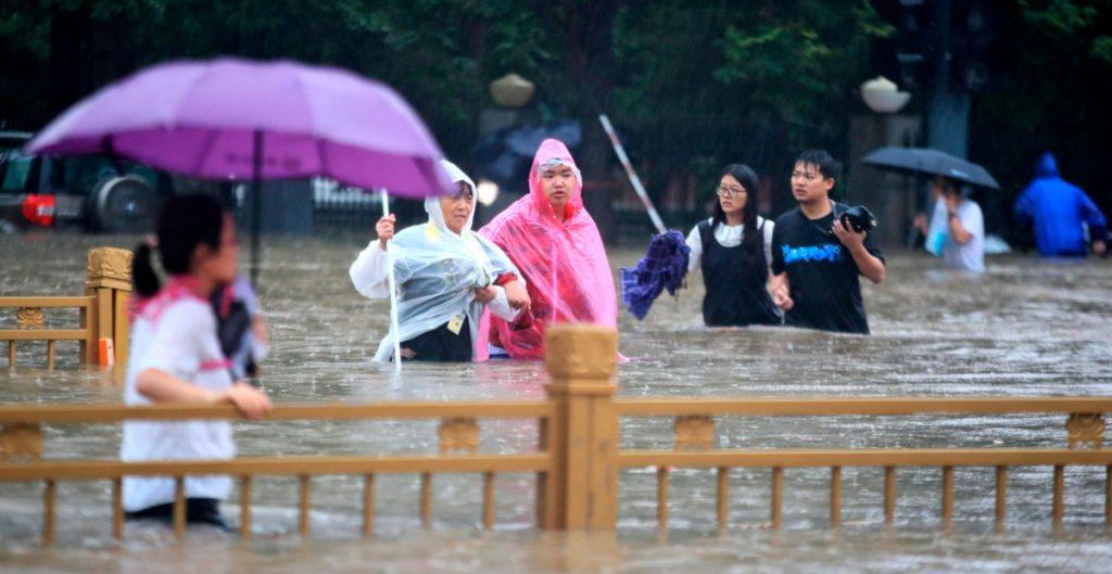 Suben a 25 las muertes por las lluvias en China; hay cientos de heridos