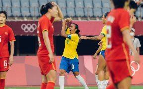 Marta celebra su doblete ante China. (Foto: @CFB_Futebol).