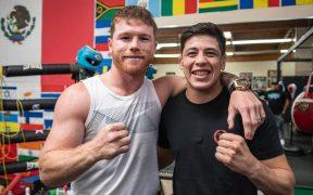 'Canelo' dio algunos consejos a Moreno, campeón mexicano de UFC. (Foto: @ theassassinbaby).