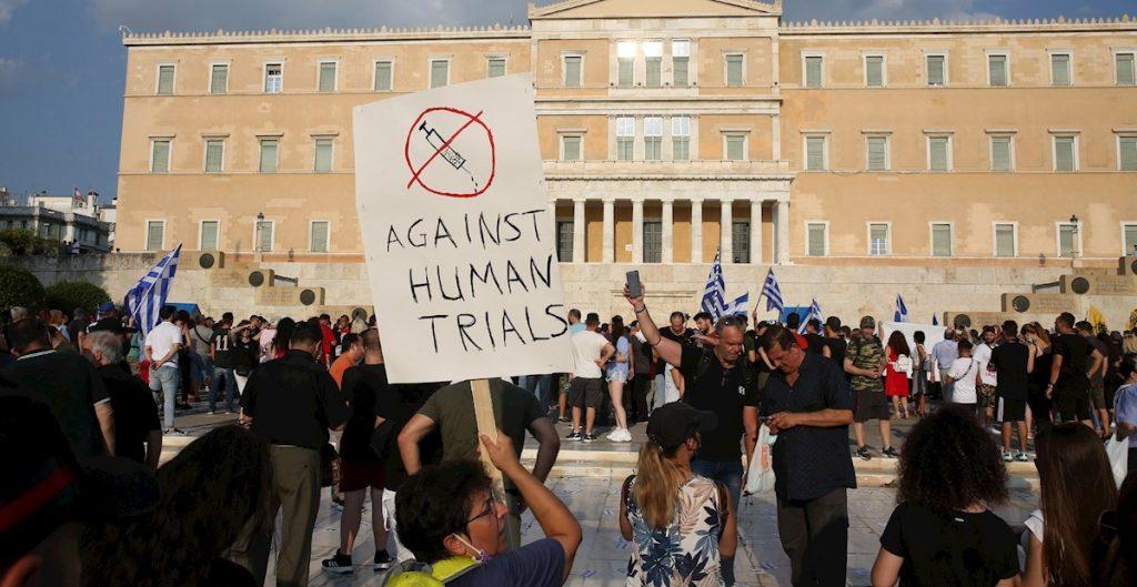 Miles protestan en Grecia contra vacunas obligatorias para personal médico