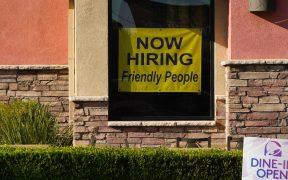 Ayudas iniciales por desempleo en EU aumentan inesperadamente