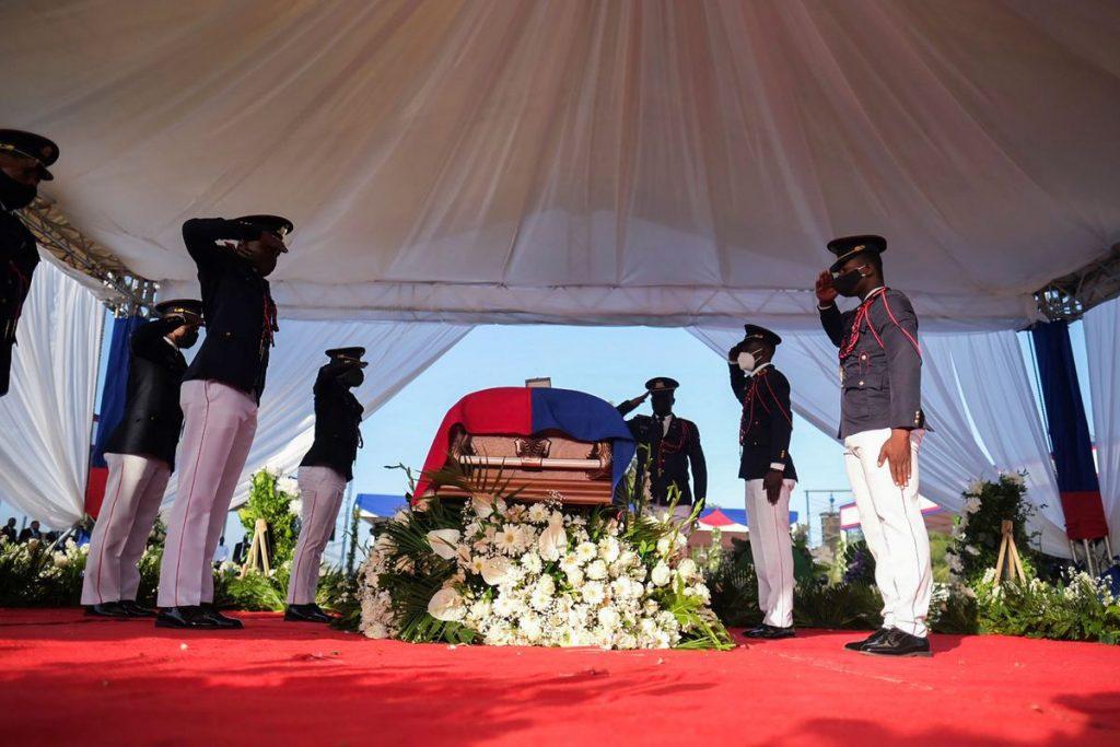 Entierran en Haití al presidente Moïse durante funeral con gases, disparos y protestas