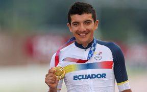 Richard Carapaz muestra su medalla de oro, la tercera en la historia de Ecuador en los Juegos Olímpicos. (Foto: EFE).