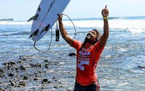 Carlos Muñoz representará a Costa Rica en el surf de Tokio 2020. (Foto: @SecPrensaSV).