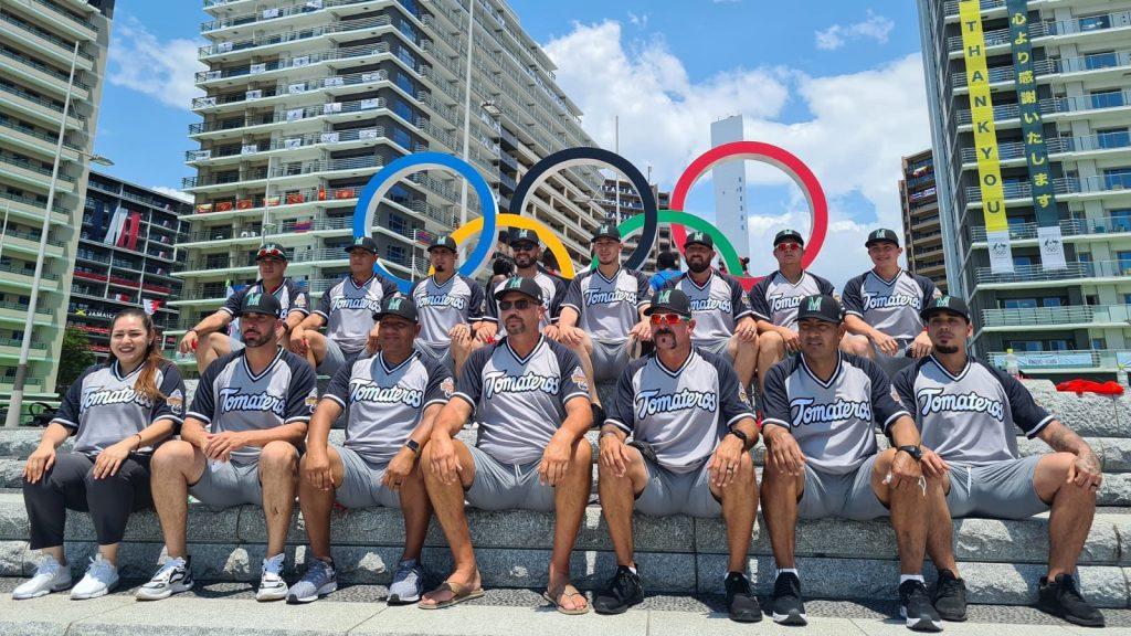 La imagen causó polémica por no ser el uniforme oficial de México en la Villa Oímpica de Tokio. (Foto: @bambino_sedano).