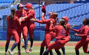 Estados Unidos celebra su triunfo sobre Australia y el pase a la final de softbol de Tokio. (Foto: @WBSCsoftball).