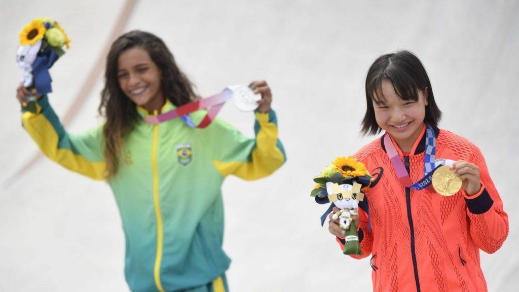 Nishiya y Leal, ambas de 13 años de edad, muestran sus medallas. (Foto: Reuters).