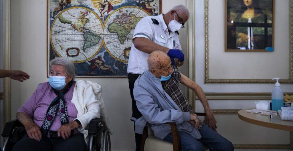 Israel autoriza la tercera dosis de la vacuna para mayores de 60 años