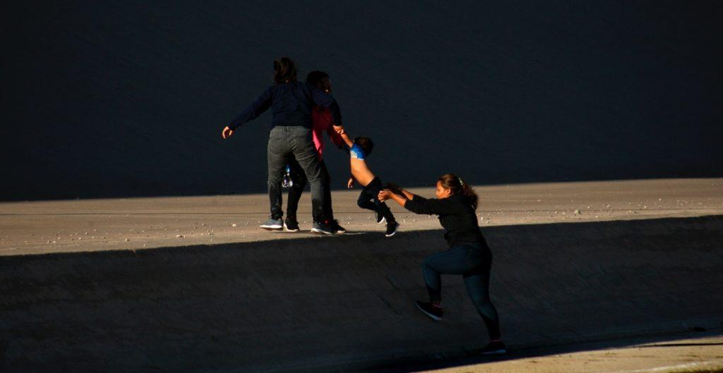 Urgen reformar sistema migratorio de EU tras detención de madre y bebé recién nacido