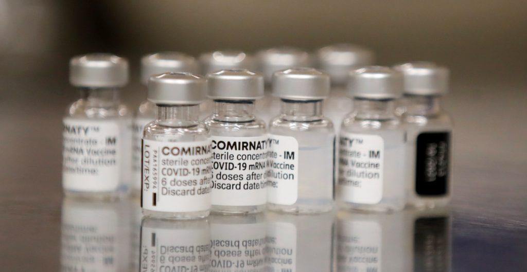 Pfizer dice que su vacuna sigue protegiendo 6 meses después de aplicarse; insiste en dosis de refuerzo