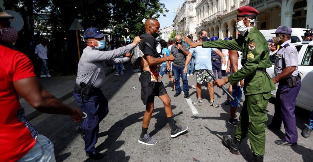 EU sanciona a líderes de la policía de Cuba; Biden prepara medidas sobre internet en la isla