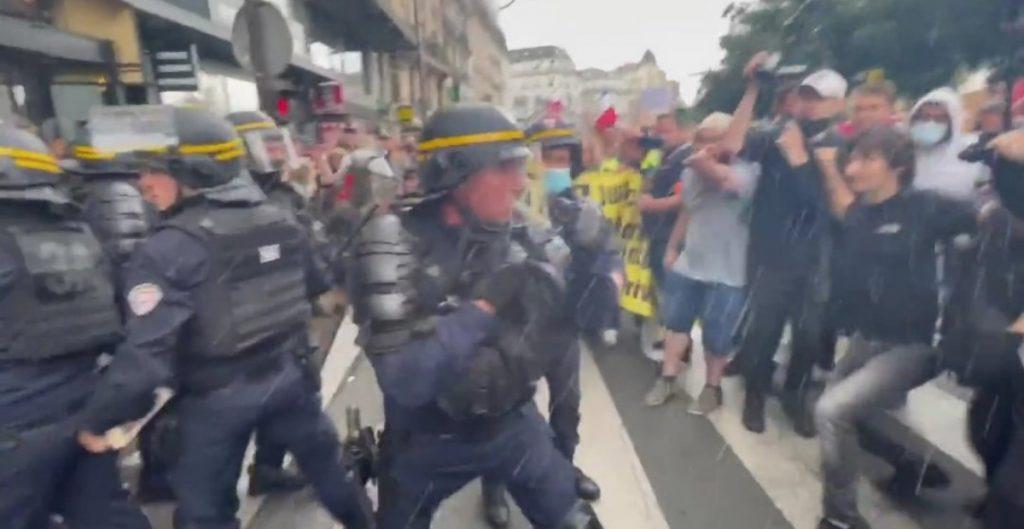 Manifestantes contra el pase sanitario y vacunación obligatoria se enfrentan con policías en París