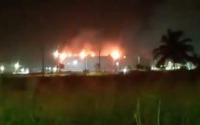 Pemex controla incendio en tanque de almacenamiento de la refinería Dos Bocas