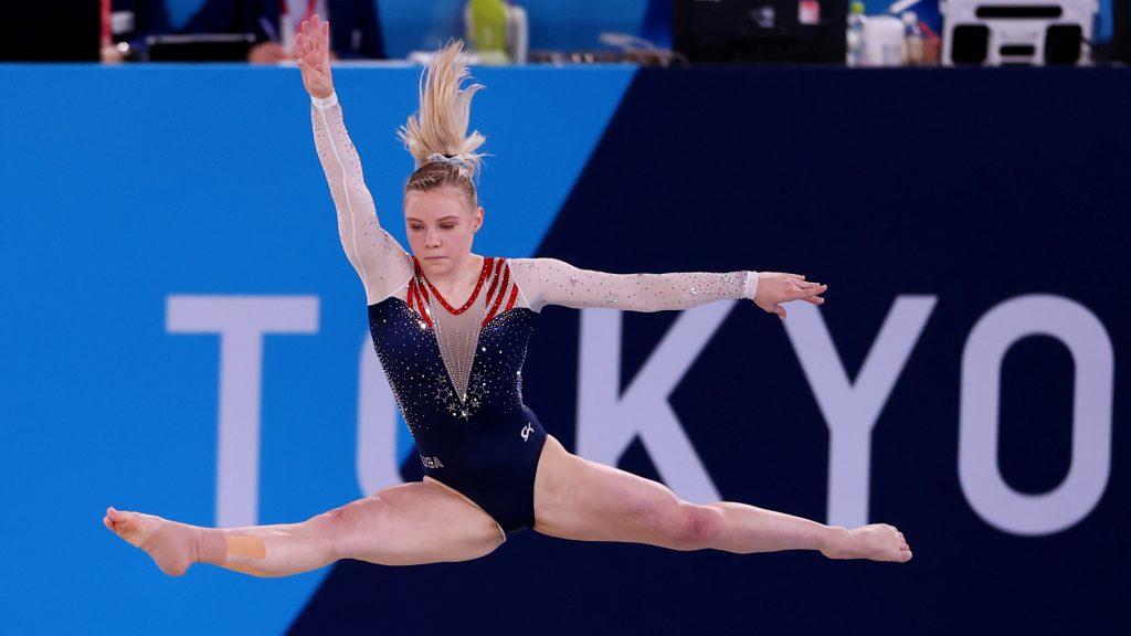 Carey le da a EU su quinta medalla en gimnasia femenil en Tokio. (Foto: Reuters).