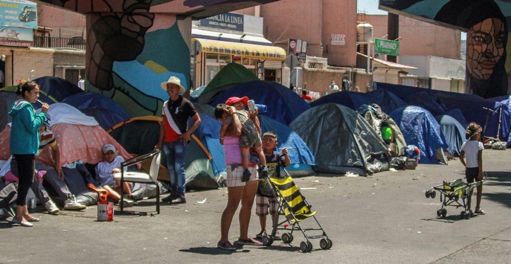 Migrantes en campamento en El Chaparral reciben la vacuna contra Covid