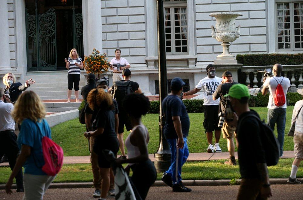 Gobernador de Missouri indulta a pareja que apuntó con armas a manifestantes