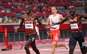 La pareja de Kenia celebra al llegar a la meta en primer y segundo lugar. (Foto: Reuters).