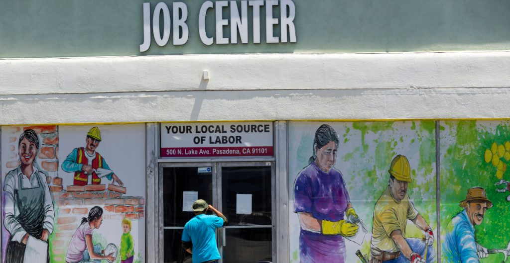 Las solicitudes de ayuda por desempleo en Estados Unidos caen a 385 mil